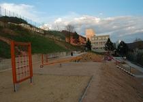 Venkovní hrací plocha s pískovištěm na ulici Komenského, Adamov I