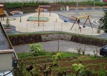 Venkovní hrací plocha s pískovištěm a umělým povrchem na ulici P. Jilemnického, Adamov III