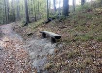 Nová lavička na cestě k Rozcestí U sedmi dubů
