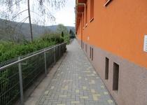 Omezení přístupu na chodník pod Hradčany