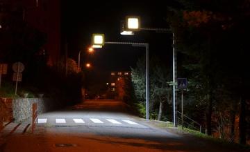 Nové osvětlení zvyšuje bezpečí na přechodu u základní školy