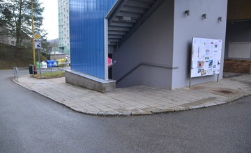 Opravy pěších komunikací v okolí obchodního domu Sadová
